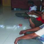 DIPERIKSA : Lima orang pelaku judi domino sedang diperiksa petugas penyidik Polres Lotim.