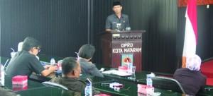 SIDANG PARIPURNA: Wakil Walikota Mataram, H Mohan Roliskana saat penetapan tiga paket Raperda Kota Mataram di depan sidang DPRD Kota Mataram.