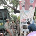 DITERTIBKAN: Salah satu baliho pasangan cagub/cawagub NTB yang ditertibkan tim gabungan Pemkot Mataram.