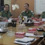 RAPAT: Suasana rapat koordinasi penataan Kota Tua Ampenan di ruang rapat Sekretaris Daerah Kota Mataram, Senin (10/6), yang dihadiri oleh Tim Konsultan dari Kementerian Pekerjaan Umum (PU) Direktorat Tata Ruang.