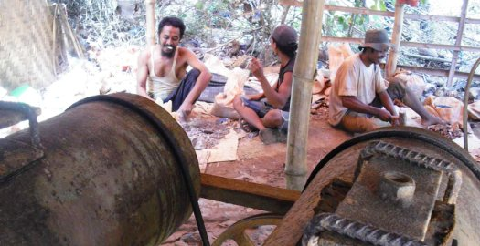 TAMBANG RAKYAT. Aktivitas tambang emas di pulau Lombok, NTB. [Panca/ Lomboktoday.co.id]