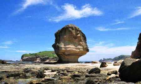 BATU PAYUNG- Panorama keindahan Batu Payung di pantai Tanjung Aan, Kabupaten Lombok Tengah bagian selatan (Kawasan Mandalika Resort). Foto: Sigit SL/Lomboktoday.co.id