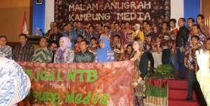POSE: Para penggiat Kampung Media pose bersama Wagub NTB, H Muh Amin, Ibu Gubernur NTB, Hj Erica Zainul Majdi, Kepala Dishubkominfo, Drs Agung Hartono.