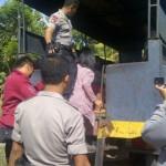 DIAMANKAN: Calon TKI di bawah umur asal Sumba, Nusa Tenggara Timur (NTT), diamankan petugas saat penggrebekan di lokasi penampungan di Dusun Serigak, Desa Pandanwangi, Kecamatan Jerowaru, Lotim. (Foto: Syamsurrijal/Lomboktoday.co.id)