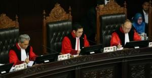 SIDANG: Ketua MK, Hamdan Zoelva membacakan putusan gugatan sejumlah partai politik bagi Provinsi Nusa Tenggara Barat (NTB) dalam Pemilu Legislatif 2014, di Ruang Pleno MK, Rabu sore (25/6).