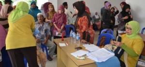 Masyarakat mengantri layanan kesehatan gratis yang digelar Pemkab Lotim di sebuah Puskesmas.