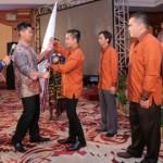 Ketua Umum BPP HIPMI, Raja Sapta Oktohari menyerahkan bendera pataka HIPMI kepada Ketua Umum BPD HIPMI NTB terpilih periode 2014-2017, Sultan Kertapati.