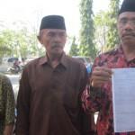 ALAT BUKTI: Ahli waris tanah SDN 1 Darmaji, Lalu Widiarta saat menunjukan bukti kepemilikan tanah tersebut. (Foto: Akhyar Rosidi/Lomboktoday.co.id)