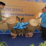 Gubernur NTBDr TGH M Zainul Majdi memukul gendang beleq pada saat grand launching BRI Syariah Cabang Mataram.