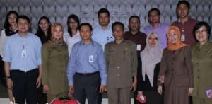 POSE: Jajaran OJK NTB pose bersama Crew Humas dan Protokol Setda Provinsi NTB.
