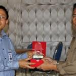 CENDRAMATA: Kepala OJK NTB, Yusri memberikan cendramata kepada