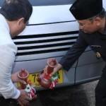 Wagub NTB, H Muh Amin bersama Sekretaris Daerah NTB, H Muhammad Nur, saat memecahkan kendi sebagai tanda peluncuran pengoperasian Angkutan Pemadu Moda jurusan BIL-Lombok Timur dan Angkutan Umum Perkotaan Lingkar Mataram.