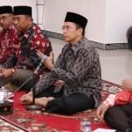 Gubernur NTB, TGH M Zainul Majdi saat memberikan jawaban atas pertanyaan-pertanyaan yang disampaikan oleh para wartawan pada malam keakraban.