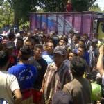 Kegiatan sosialisasi berakhir ricuh, karena warga Ijobalit menolak kegiatan tambang PT AMG. (Foto: Syamsurrijal/Lomboktoday.co.id)
