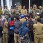 DEMO: Anggota Forum GTT Lotim demo ke kantor BKD dan kantor bupati Lotim. (Foto: Syamsurrijal/Lomboktoday.co.id)