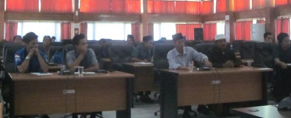 HEARING: Warga lingkar Selatan saat hearing di gedung DPRD Loteng. (Foto: Akhyar Rosidi/Lomboktoday.co.id)