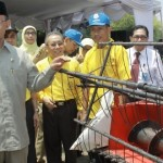 Walikota Mataram, H Ahyar Abduh saat menyerahkan alat pertanian secara simbolis kepada kelompok tani.