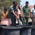 AIR BERSIH: Kepala BPBD Kabupaten Lombok Timur, H Abdul Hakim saat mendistribusikan air bersih di Kecamatan Jerowaru. (Foto: Dimyati/Lomboktoday.co.id)