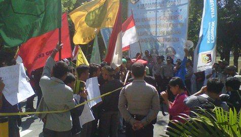 DEMO: Suasana aksi demonstrasi pemuda dan mahasiswa di depan kantor bupati Lotim, Selasa (28/10). (Foto: Dimyati/Lomboktoday.co.id)