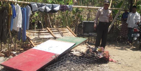 Pintu dan perabotan rumah milik Murpawal yang sempat terbakar. (Foto: Akhyar Rosidi/Lomboktoday.co.id)