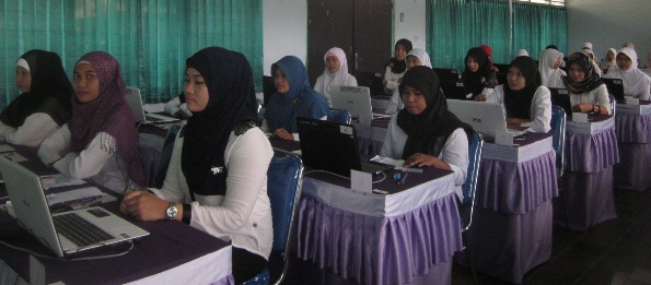 TES CPNS: Suasana para peserta CPNS saat mengikuti tes CPNS di Balai Karya Praya, Loteng. (Foto: Akhyar Rosidi/Lomboktoday.co.id)