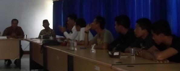 HEARING: Puluhan pemuda Desa Bonder, Kecamatan Praya Barat, Loteng yang tergabung dalam Gerakan Pemuda Peduli Masyarakat (GPPM) NTB saat hearing di kantor DPRD Loteng, Kamis (18/12). (Foto: Akhyar Rosidi/Lomboktoday.co.id)