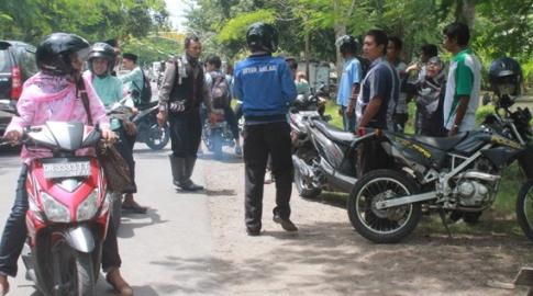 TAWURAN: Siswa SMAN 1 Praya dan SMAN 2 Praya terlibat aksi tawuran di depan kantor Dinas Dikpora Loteng. (Foto: Akhyar Rosidi/Lomboktoday.co.id)