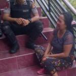 NANGIS: Ibu dari salah satu pelaku pencopetan yang diamuk massa menangis histeris di Mapolres Lotim begitu mendengar anaknya melakukan tindakan kriminal. (Foto: Syamsurrijal/Lomboktoday.co.id)