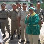 DEMO: Kepala Dinas Kesehatan Loteng, dr Nurhandini Eka Dewi saat menerima ratusan tenaga medis yang menggelar aksi demonstrasi.(Foto: Akhyar Rosidi/Lomboktoday.co.id)