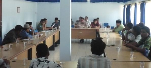 HEARING: Puluhan petani tembakau dari Kecamatan Praya Timur, Loteng, didampingi LSM FORSUADSIP NTB hearing ke kantor DPRD Loteng, Senin (30/3). (Foto: Akhyar Rosidi/Lomboktoday.co.id)