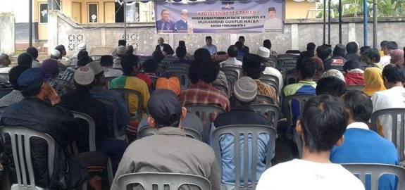 MENGADU : Warga Desa Pringgajurang Utara, Kecamatan Montong Gading, Lotim, mengadukan nasib desanya kepada Anggota Komisi II DPRD NTB. (Foto: Dimyati/Lomboktoday.co.id)
