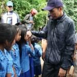 BERSALAMAN: Para murid SDN 3 Batulayar, Lobar, bersalaman dengan Gubernur NTB, TGH M Zainul Majdi disela-sela acara kunkernya.