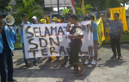 UNJUKRASA: Puluhan mahasiswa yang tergabung dalam PMII Cabang Selong melakukan aksi unjukrasa di kantor Dinas Dikpora Lotim. (Foto: Syamsurrijal/Lomboktoday.co.id)