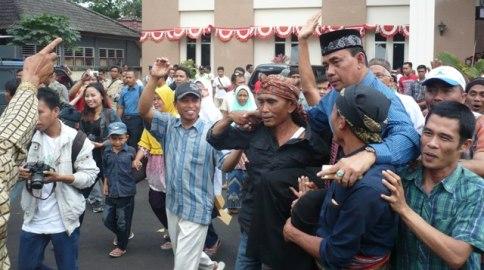 DIBOPONG: Kepada Disbudpar Loteng, HL Putria dibopong massa. (Foto: Akhyar Rosidi/Lomboktoday.co.id)