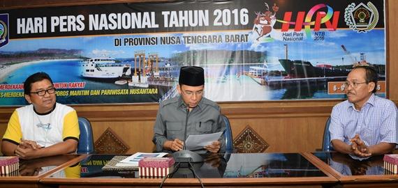 JUMPA PERS: Gubernur NTB, Dr TGH M Zainul Majdi saat menggelar acara jumpa pers dengan para wartawan di RRU kantor gubernur NTB, Selasa (19/1).