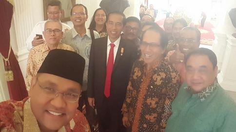Presiden Joko Widodo berfoto bersama komponen pers Indonesia dan Panitia Hari Pers Nasional (HPN) 2016 usai bertemu di Istana Negara, Jakarta, Rabu (20/1). Presiden Jokowi memastikan dirinya akan menghadiri acara puncak HPN 2016 di Kawasan Ekonomi Khusus (KEK) Mandalika, Lombok, NTB.