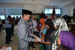 Gubernur NTB THG M Zainul Majdi menyerahkan santuan kepada 18 keluarga TKI NTB yang bekerja di Malaysia.(foto: dok Humas NTB)