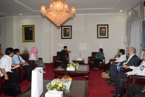 Duta Besar Indonesia untuk Swiss, Linggawaty Hakim menemui Gubernur NTB TGH M Zainul Majdi, Senin (4/4) untuk membangun politeknik pariwisata.(foto: dok Humas NTB)