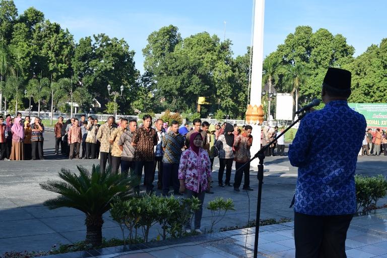 Wakil Gubernur NTB H Muh Amin ketika apel disiplin pegawai lingkup Pemerintah Provinsi NTB di Lapangan Bumi Gora Kantor Gubernur NTB, Kamis (28/4).(foto: dok Humas NTB)