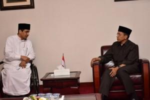 Syeikh Khalid Ibn Abdullah Al-Hamodi saat berbinvang-bincang dengan Gubernur NTB TGH M Zainul Majdi.(foto: dok Humas NTB)
