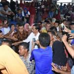 Jokowi saat berada di tengah masyarakat Bima di Pasar Amma Hami.(foto: dok Humas NTB)