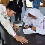 Gubernur NTB TGH M Zainul Majdi saat berinteraksi dengan para siswa berkebutuhan khusus.(foto: dok Humas NTB)