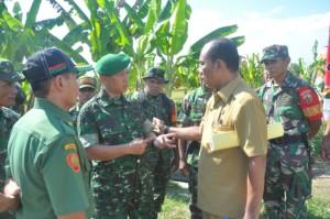 TNI bantu percepatan tanam di Gerung, Lombok Barat.(foto: hrw/Lomboktoday.co.id)