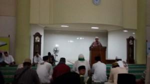 Bupati Lotim HM Ali BD saat memberikan sambutan pada peringatan Nuzulul Quran di Masjid Agung Al Mujahidin, Selong.(foto: SR/Lomboktoday.co.id)