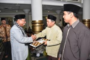 H Muh Amin, Wakil Gubernur NTB menyerahkan bantuan saat Safari Ramadhan di Lombok Timur.(foto: dok Humas NTB)