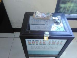 Kotak amal masjid yang dicuri dengan cara memecahkan kacanya.(foto: SR/Lomboktoday.co.id)