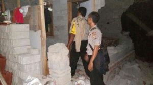 Dua orang aparat kepolisian sedang berada di lokasi perusakan tempat ibadah yang diduga dijadikan tempat untuk mengajarkan aliran sesat.(foto: SR/Lomboktoday.co.id)
